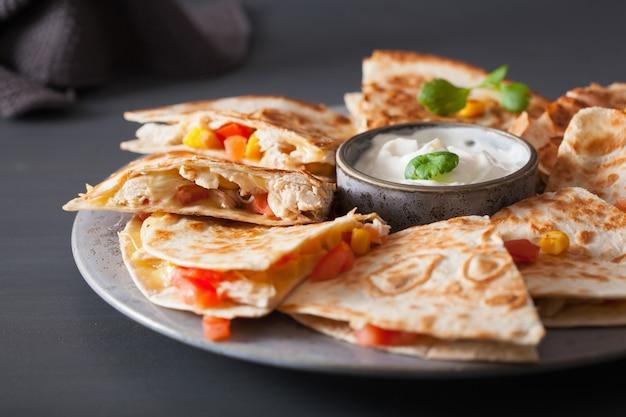 Quesadilla mexicana com frango, tomate, milho e queijo
