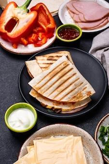 Quesadilla mexicana tradicional de tortilla