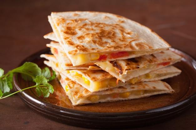 Quesadilla mexicano com tomate e queijo