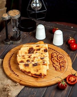 Quesadilla torrado em uma placa de madeira