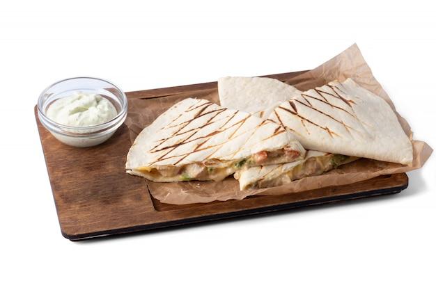 Quesadillas em prato de madeira com molho, em prato branco, para delivery, fast food