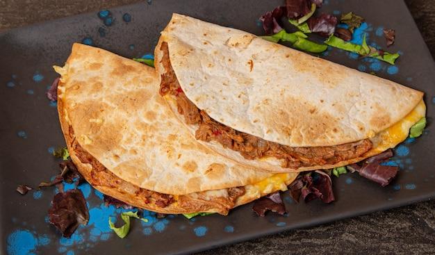Quesadillas mexicanos com vitela, queijo e molho picante.