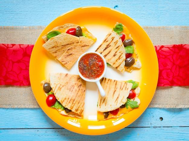 Quesadillas vegetarianos deliciosos com tomates