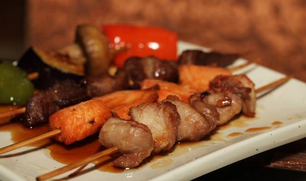Quibe chinês em um prato branco no restaurante asiático