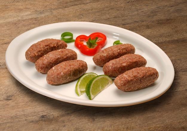 Quibe cru. também popular prato de festa no brasil (kibe)