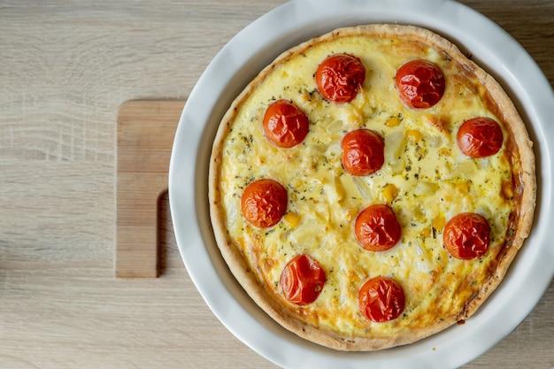 Quiche caseira lorraine com frango, tomate e queijo