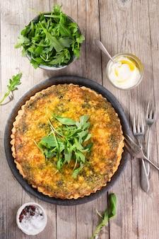 Quiche com rúcula, cebola, espinafre, mussarela, queijo feta e molho