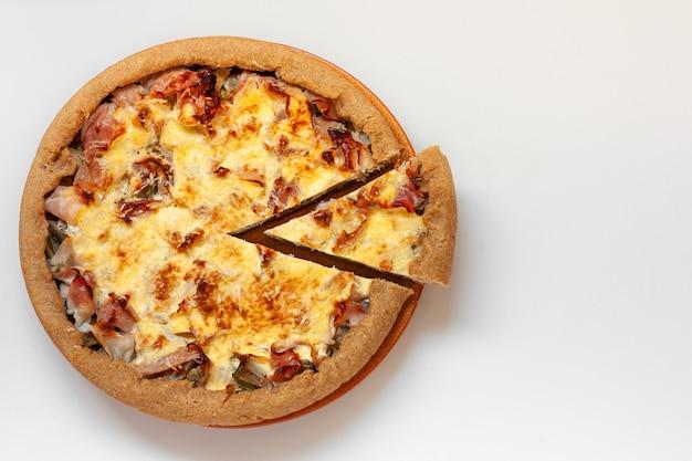Quiche de alcachofra e presunto em prato de cerâmica. Foto Premium