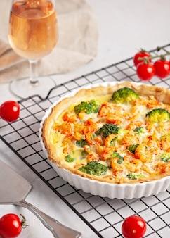 Quiche de torta francesa caseira com lagostim e brócolis