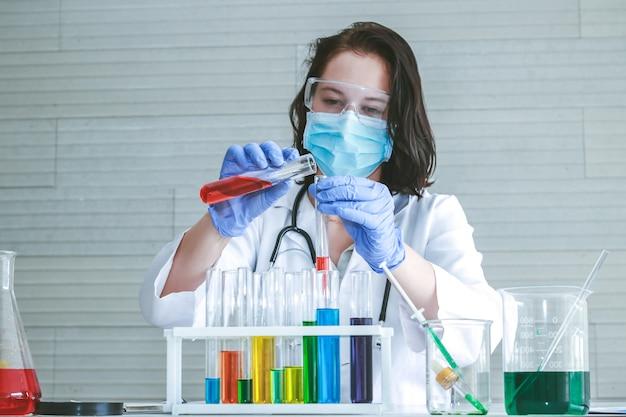 Química misturando um produto químico