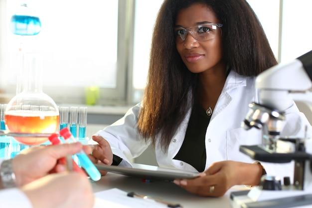Química negra analisando resultados em laboratório