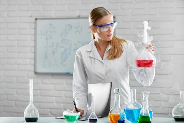Química trabalhando no laboratório
