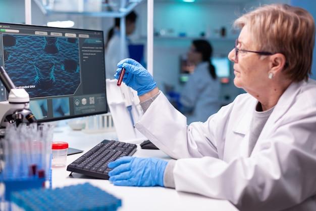 Químico cientista colhendo amostra de dna para descoberta médica