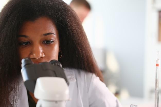 Químico de estudante cientista mulher negra em proteção