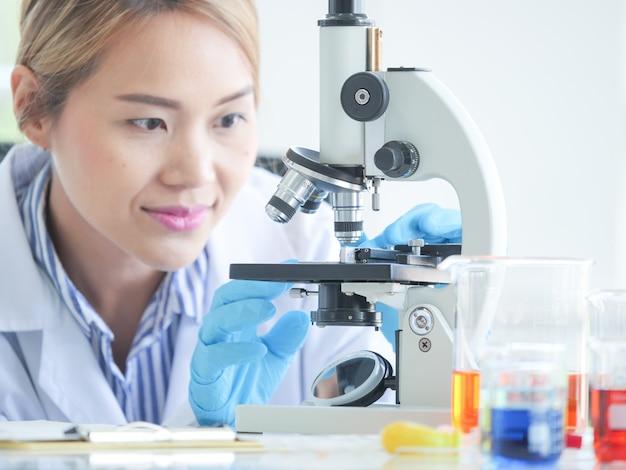 Químico fêmea sério asiático que trabalha no laboratório