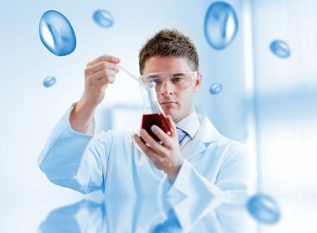 Químico grave testando sangue