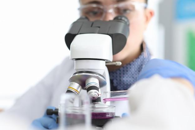 Químico profissional em uniforme de medicina