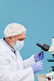 Químico que trabalha com amostras