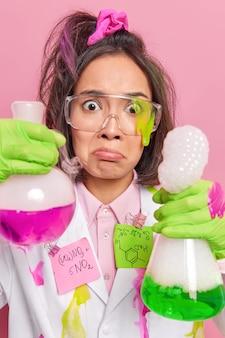 Químico realiza pesquisas científicas em laboratório com frascos analisa várias substâncias desenvolve fibras sintéticas testa novos métodos