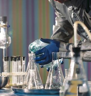 Químicos fabricam drogas em laboratório.