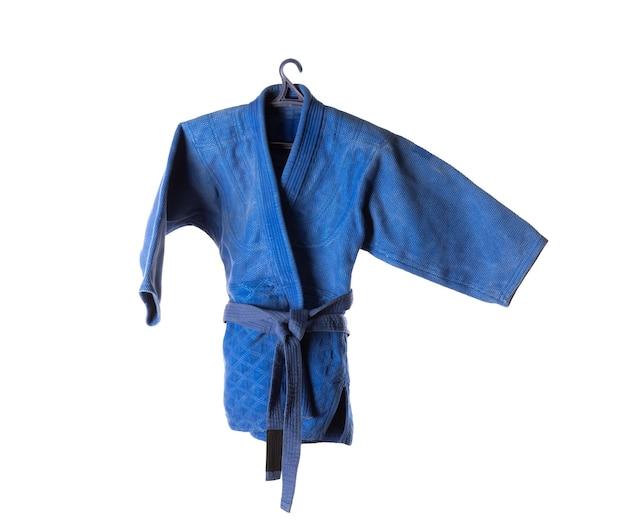 Quimono judô azul isolado no fundo branco