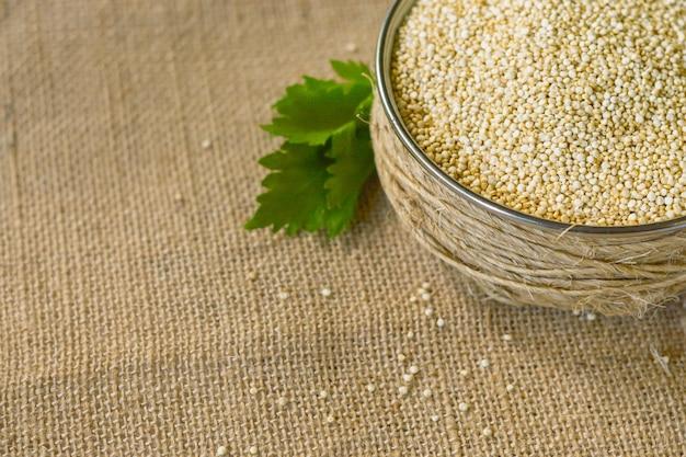 Quinoa alimentos saudáveis e naturais. livre de glúten.