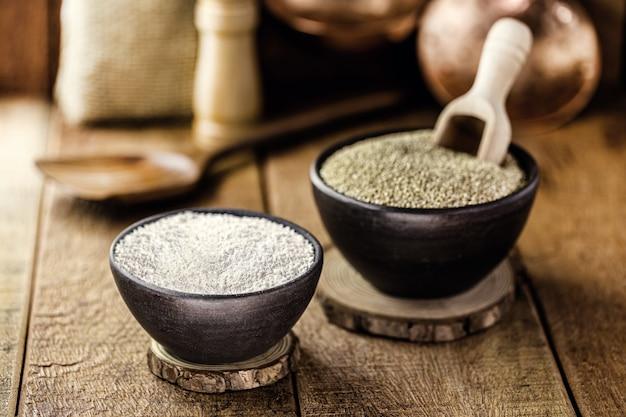 Quinoa de grãos e farinha de quinua, usada como ingrediente culinário