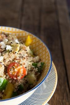Quinoa e legumes frescos