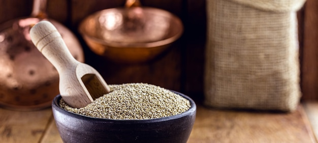 Quinoa em panela de barro artesanal. superalimento de grãos, comida vegana