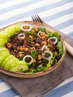 Quinoa saladeira com pepinos, grão de bico