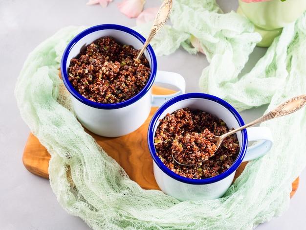 Quinoa vermelha com legumes em canecas