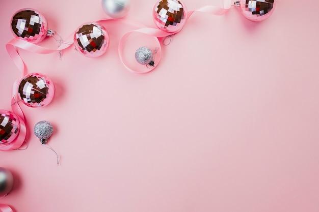 Quinquilharias brilhantes no fundo rosa