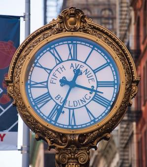 Quinta avenida relógio de rua na cidade de nova york