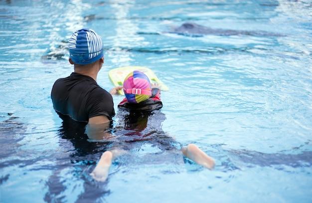 Quintal da atividade de treinador de natação na piscina