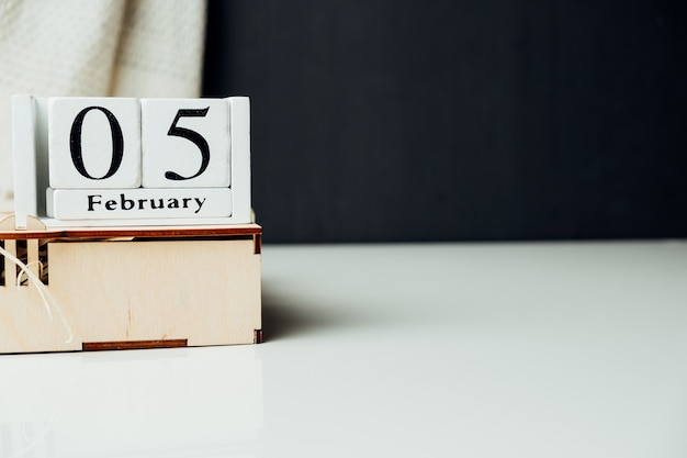 Quinto dia do mês de inverno, calendário de fevereiro, com espaço de cópia.