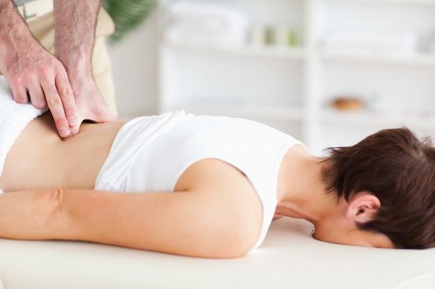 Quiroprático massageando uma mulher
