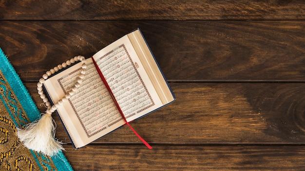 Quran aberto deitado perto de mat