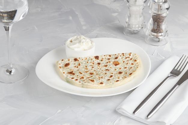Qutab, pão achatado do azerbaijão com verduras feitas de massa finamente enrolada
