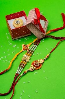 Raakhi e um presente para a irmã dado pelo irmão por ocasião de raksha bandhan. festival indiano raksha bandhan com um elegante rakhi.