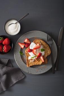 Rabanadas com iogurte e morangos no café da manhã