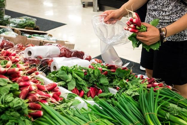 Rabanete de compras no mercado dos fazendeiros