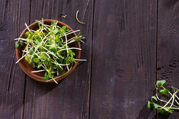 Rabanete de micro verduras frescas, couve para salada saudável.