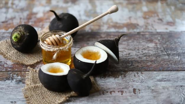 Rabanete preto com mel. cura natural para resfriados e tosses. conceito de receitas saudáveis.