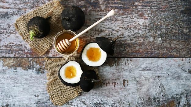 Rabanete preto. rabanete preto com mel. cura natural para resfriados e tosses. conceito de receitas saudáveis. foco seletivo.