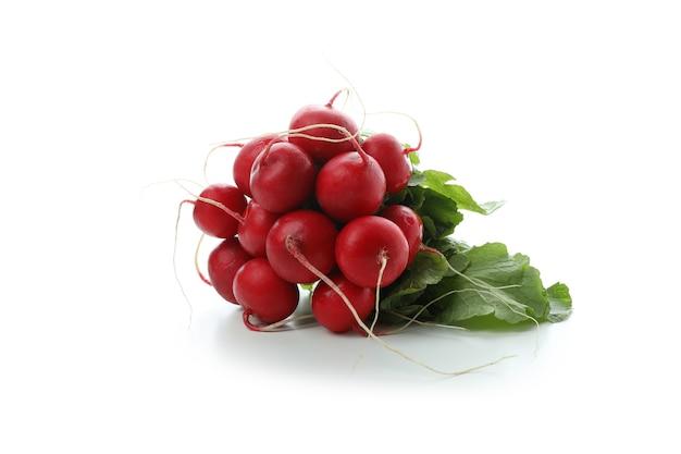 Rabanete vermelho fresco isolado no branco