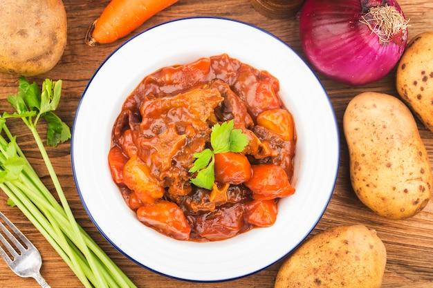 Rabo de carne estufada com cenouras e batatas