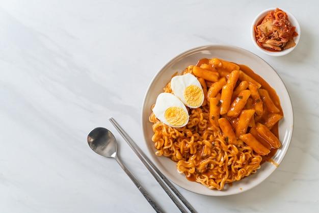 Rabokki (ramen ou macarrão instantâneo coreano e tteokbokki) em molho coreano picante - estilo comida coreana