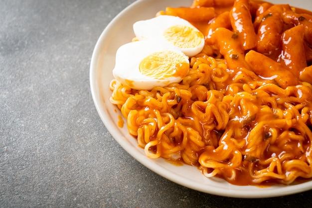Rabokki (ramen ou macarrão instantâneo coreano e tteokbokki) em molho coreano picante - estilo de comida coreana