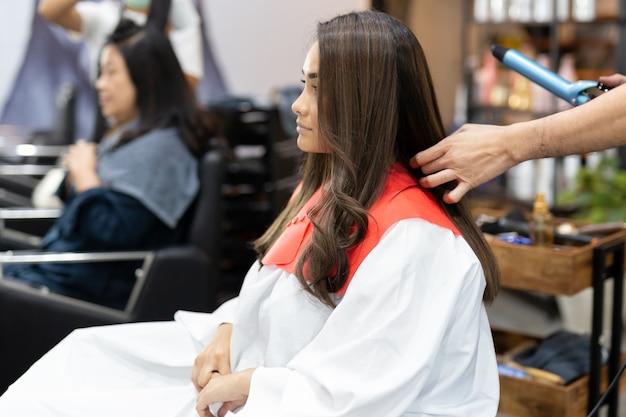 Raça mista, adolescente, em, salão cabelo, adquira, novo, penteado