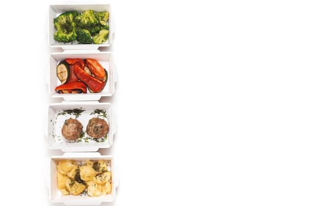 Ração de comida diária em recipientes